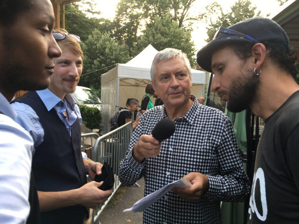 Syned Tonetta promène son micro au parc Ste Marie